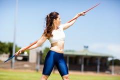 Javelot de transport d'athlète féminin sur son épaule Photos libres de droits