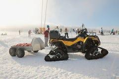 JAVORNIK, TSJECH - 31 December 2016: Geparkeerde gele sneeuwscooter kunnen-AM OUTLANDER in de winter die, de winterautoped plaats Stock Afbeeldingen