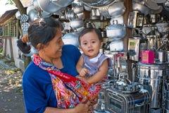 JAWA INDONEZJA, GRUDZIEŃ, - 21, 2016: Matka i dziecko robi sklepowi Fotografia Stock