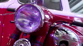 Jawamotorfiets bij automobiel-show stock footage