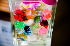 Jawelry和glassball在玻璃 免版税库存照片