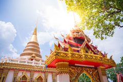 Jawna świątynia w wsi z zieloną gałąź na wierzchołku i s Zdjęcia Stock