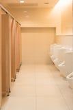Jawna czysta nowożytna biała męska toaleta, toaleta z pisuarami, wewnątrz Zdjęcia Royalty Free