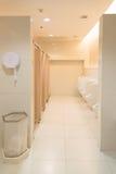 Jawna czysta nowożytna biała męska toaleta, toaleta z pisuarami, wewnątrz Fotografia Royalty Free