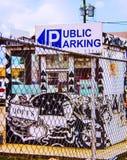 Jawna parking buda Zakrywająca w graffiti Za ogrodzeniem obraz stock