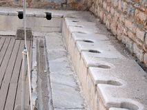 Jawna Seat toaleta przy spektakularnymi antyk ruinami w Ephesus zdjęcia royalty free