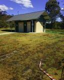 Jawna toaleta przy byka obozu rezerwy autostrady Spoczynkowym terenem Australia Obrazy Stock
