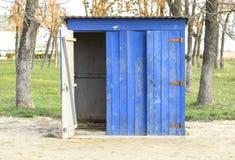 Jawna toaleta w ulicznym parku Błękitna drewniana toaleta, toaleta zdjęcia stock