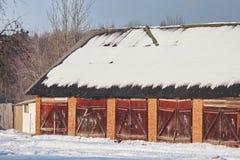 Jawna wioska garażuje lub jaty w zimie na słonecznym dniu Śnieg na dachu liczy wejścia obraz royalty free