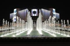 Jawne fontanny przed Krajowym pałac kultura NDK nocą, Sofia, Bułgaria obrazy royalty free