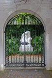 Jawnego ogródu wejście (czarna dokonanego żelaza brama) Obrazy Stock