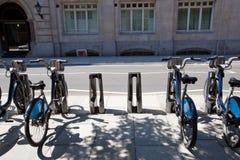 Jawni Do wynajęcia bicykle w linii, Londyn, UK zdjęcie royalty free