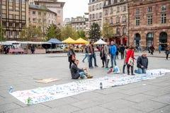 Jawni plakatów rysunki na miejscu Kleber dla nadchodzących protestów Fotografia Stock