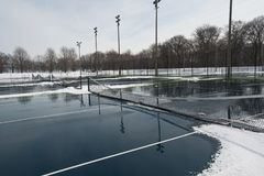 Jawny ciężki tenisowy sąd zakrywający z śniegiem i wodą Zdjęcia Royalty Free