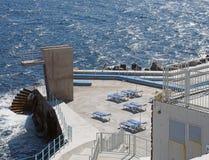 Jawny lido w Funchal Madeira z betonowymi nurkowej platformy słońca loungers i krokami nasłoneczniony błękitny morze obrazy stock