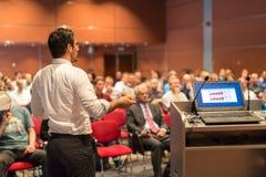 Jawny mówca daje rozmowie przy Biznesowym wydarzeniem Zdjęcia Stock