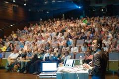 Jawny mówca daje rozmowie przy Biznesowym wydarzeniem Zdjęcie Royalty Free