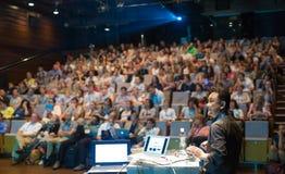 Jawny mówca daje rozmowie przy Biznesowym wydarzeniem Obraz Stock