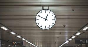Jawny okręgu zegar W stacji kolejowej z dachem, Czarny i biały klasyczny jawny obwieszenie zegar główna stacja kolejowa obrazy royalty free