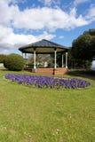 Jawny park z Wiktoriańskim pawilonem i pięknymi kwiatami Fotografia Royalty Free