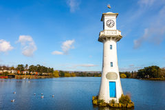 Jawny Roath Park jezioro i Robert Scott pomnika latarnia morska Zdjęcia Stock