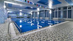 Jawny turniejowy pływackiego basenu wnętrze w sprawności fizycznej gym Zdjęcie Stock