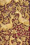 Jawny złocisty Buddha rzeźbił przy świątynią, Chiang Mai, Tajlandia, ptak Zdjęcie Stock