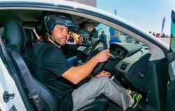Jay Kay von Jamiroquai Aston Martin auf Kyalami-Rennstrecke fahrend lizenzfreies stockfoto