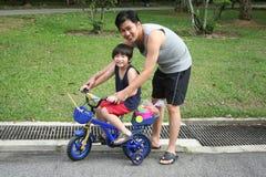 jazda na rowerze ojca i syna Fotografia Royalty Free