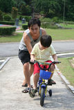 jazda na rowerze ucz ojca i syna Obraz Royalty Free