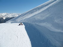 Jazda na snowboardzie dziewczyny obsiadanie na śniegu w górach Zdjęcia Royalty Free
