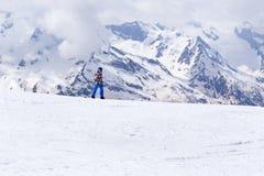 Jazda na snowboardzie jedzie na śnieżnym skłonie góra na bac Obrazy Stock