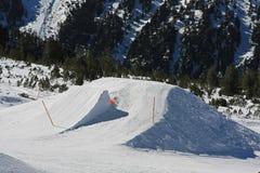Jazda na snowboardzie skoku rampa Fotografia Royalty Free