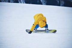 Jazda na snowboardzie w góra ośrodku narciarskim Zdjęcia Royalty Free