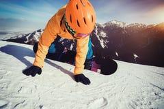 Jazda na snowboardzie na zimy góry wierzchołka skłonie Zdjęcie Royalty Free
