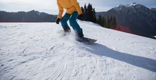 Jazda na snowboardzie na zimy góry wierzchołku Zdjęcia Royalty Free
