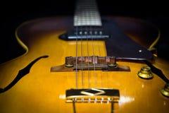 Jazz Archtop Guitar con il fuoco su area del ponte Immagine Stock Libera da Diritti