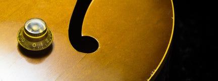 Jazz Archtop Guitar con il fuoco sulla manopola del volume Fotografie Stock