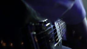 Jazz-band sur le guitariste en gros plan d'étape jouant dans la fumée et la lumière de l'étape banque de vidéos