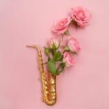 Jazz Day Saxofón con las flores Endecha plana, visión superior fotografía de archivo