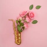 Jazz Day Saxofón con las flores Endecha plana, visión superior fotos de archivo