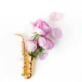 Jazz Day Saxophon mit Blumen Flache Lage, Draufsicht lizenzfreie stockfotos