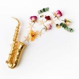 Jazz Day Saxophon mit Blumen Flache Lage, Draufsicht lizenzfreie stockfotografie