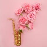 Jazz Day Saxophon mit Blumen Flache Lage, Draufsicht Stockbilder