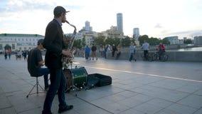 Jazz del juego de los músicos de la calle en la plaza Músicos en la plaza que cantan y que juegan fotografía de archivo