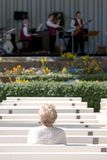Jazz di sorveglianza della donna anziana sola fotografie stock libere da diritti