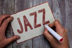 Jazz för ordhandstiltext Affärsidé för kraftfull rytm genom att använda mässings- och träblåsinstrumentinstrument för att spela m fotografering för bildbyråer