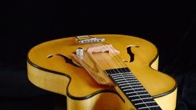 Jazz Guitar Rotating eléctrica, detalle de la recogida, de secuencias, de trastes y de efes almacen de metraje de vídeo