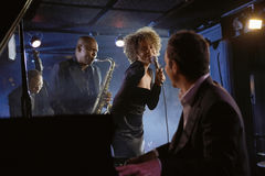 Jazz Musicians In Club Stock Afbeelding
