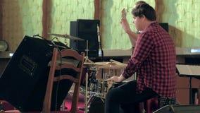 Jazz novo do jogo dos músicos na sala de concertos filme